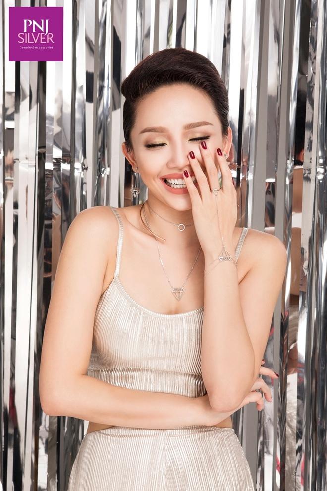 Bi quyet phoi trang suc bac mua le hoi cua Toc Tien hinh anh 1 Bộ trang sức bạc SHE Độc lập lạ mắt nhờ kết hợp vòng cổ với hai màu xi khác nhau