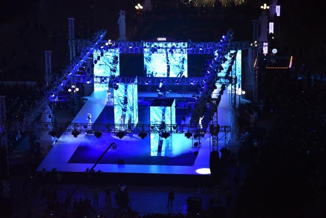 Thoi trang ngay dong cua dan quan quan VNTM hinh anh 14 Sân khấu mở với diện tích hơn 500 m2, sàn diễn dài hơn 100 m và các tiết mục âm nhạc sôi động đã biến CANIFA Winter Fashion Show 2015 trở thành một đêm tiệc thời trang trước Giáng sinh thú vị cho người xem.