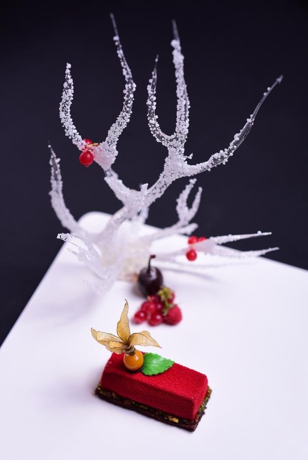 Goi y thuc don tiec sang trong cho Giang sinh va nam moi hinh anh 6 Món tráng miệng kết lại đêm tiệc Giáng sinh tại The LOG là bánh mousse berry dừa và phô mai.
