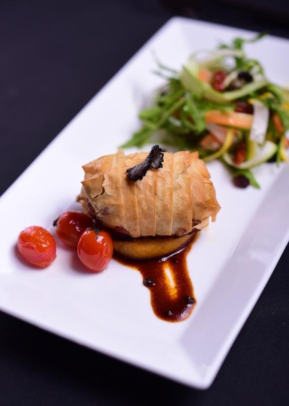 Goi y thuc don tiec sang trong cho Giang sinh va nam moi hinh anh 8 Hoặc bánh Filo Pastry với bồ câu nhân nấm hương Truffle, ăn kèm salad.