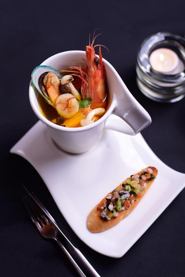 Goi y thuc don tiec sang trong cho Giang sinh va nam moi hinh anh 9 Một điểm nhấn trong bàn tiệc là súp hải sản Saffron ngon mát.