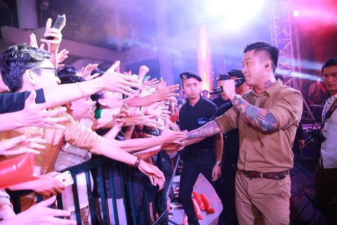 Tuan Hung chay het minh trong dem nhac Exciting Habeco hinh anh 2 Giám khảo The Voice biểu diễn hết mình khi liên tục lôi kéo người xem hát và nhảy theo mình.