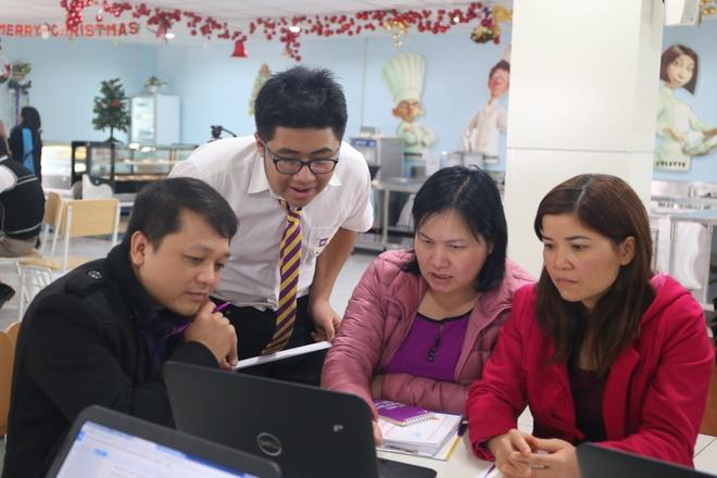 Hoc tap hon hop: Cong nghe khong dem lai dieu ky dieu hinh anh 2 Ảnh: Cán bộ giáo dục từ nhiều đơn vị cùng thực hành trên máy tính với học sinh trường Olympia.