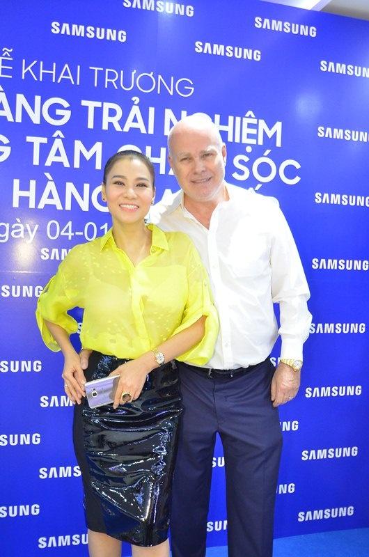 Thu Minh duoc chong Tay ho tong di su kien hinh anh 1