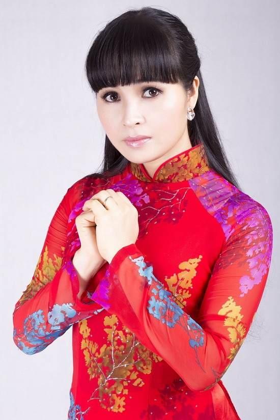 Nghe si ban ky vat ung ho nguoi ngheo an Tet hinh anh 1