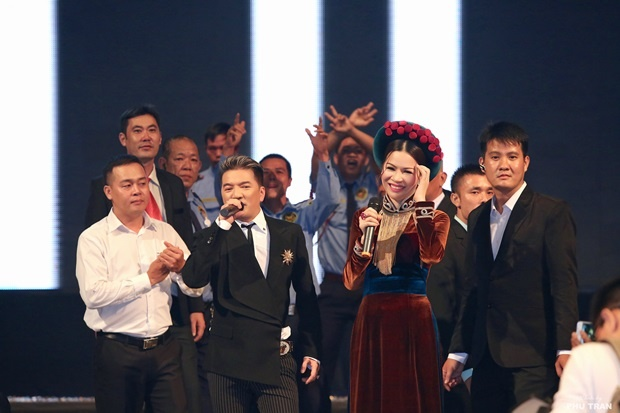 Dam Vinh Hung moi Hoa hau Bui Thi Ha hat song ca hinh anh 2