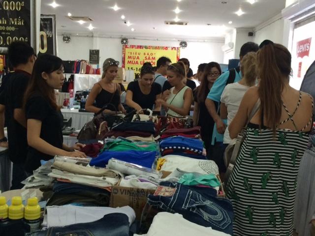 'Boom sale' hang hieu trong 4 ngay tai Vincom B TP HCM hinh anh 2