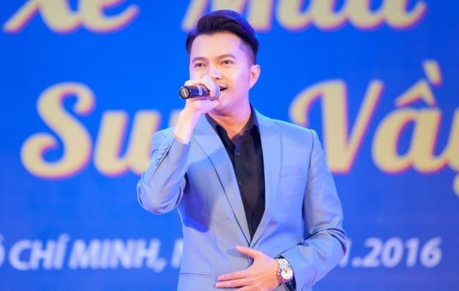 Nam Cuong, Nguyen Phi Hung tien sinh vien ve que an Tet hinh anh 1