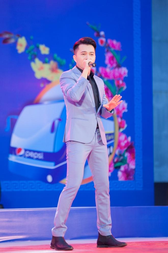 Nam Cuong, Nguyen Phi Hung tien sinh vien ve que an Tet hinh anh 2