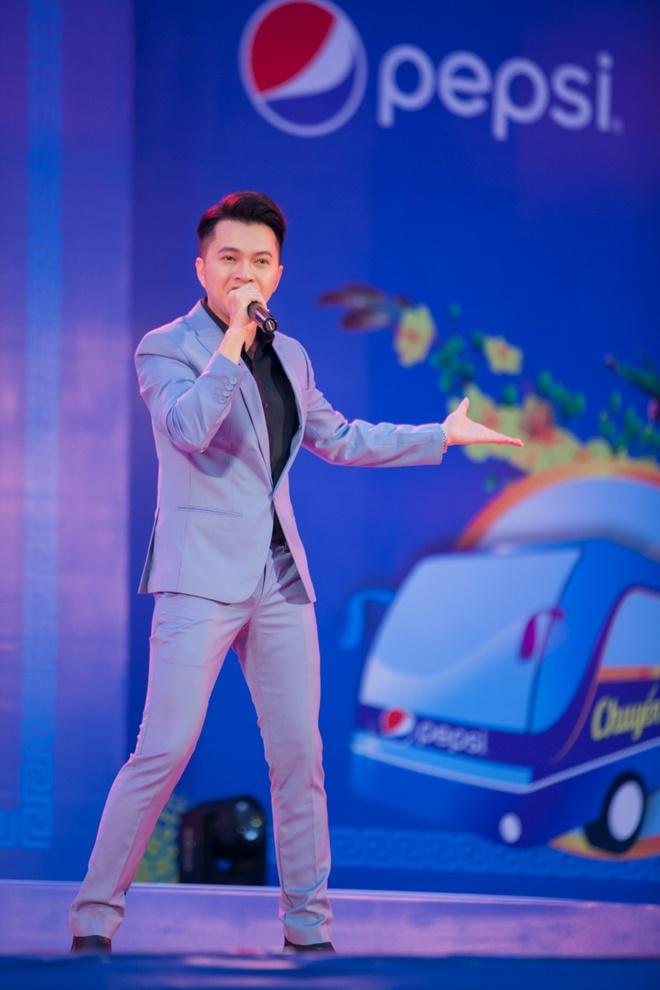 Nam Cuong, Nguyen Phi Hung tien sinh vien ve que an Tet hinh anh 4