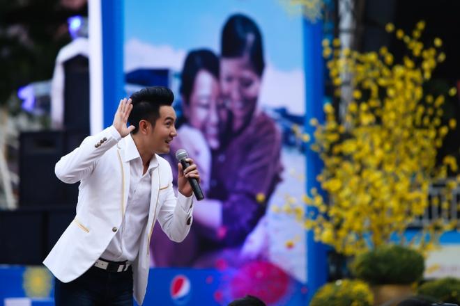 Nam Cuong, Nguyen Phi Hung tien sinh vien ve que an Tet hinh anh 5