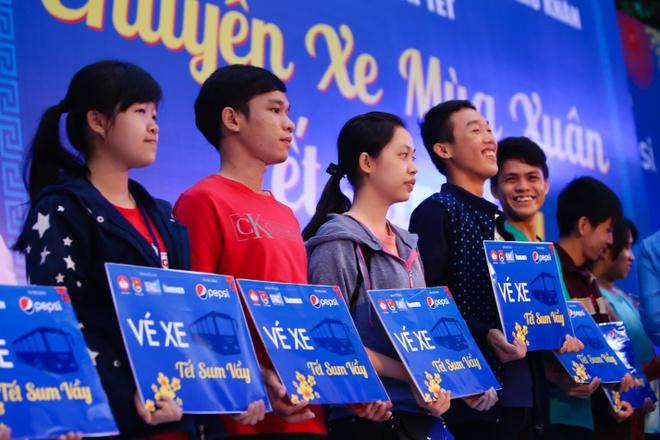 Nam Cuong, Nguyen Phi Hung tien sinh vien ve que an Tet hinh anh 9