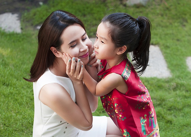 Luu Huong Giang vui dua ben con gai ngay xuan hinh anh