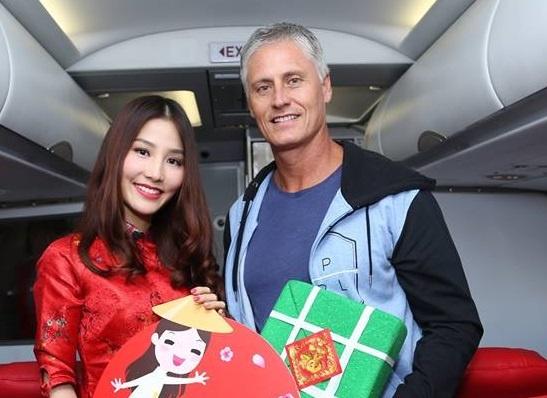 Airasia khai xuan tren may bay hinh anh