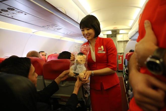 Airasia khai xuan tren may bay hinh anh 7