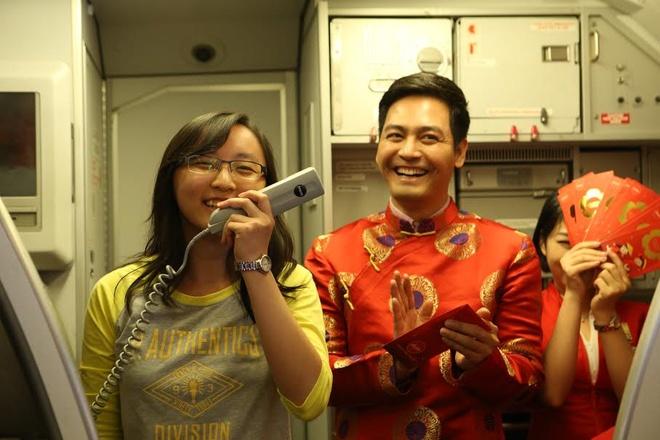 Airasia khai xuan tren may bay hinh anh 1