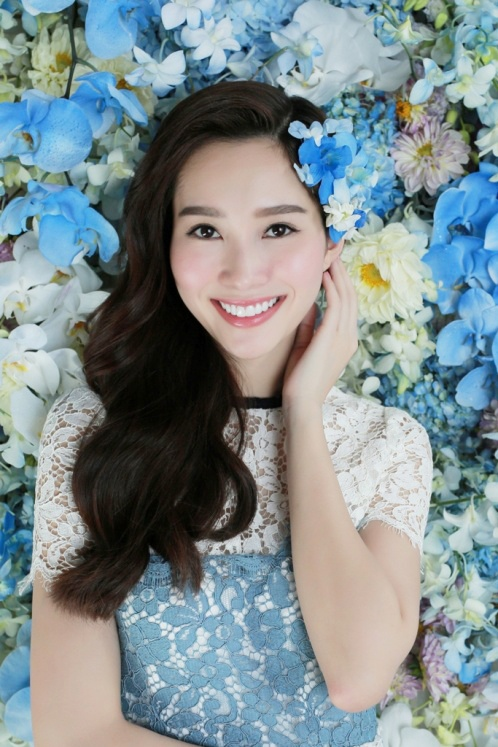 Dang Thu Thao dep mong manh ben hoa lan xanh hinh anh 3