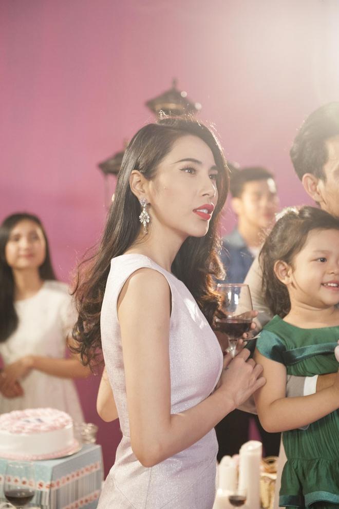 Miu Le hoa co em gai de thuong cua Thuy Tien trong MV moi hinh anh 1