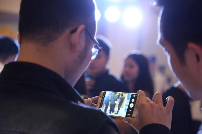 Sao Viet thich thu trai nghiem tinh nang cua Galaxy S7 hinh anh 7