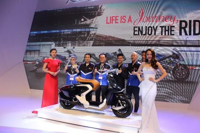 Minh Hang va Ngo Thanh Van khoe dang voi moto Yamaha hinh anh 1