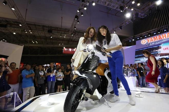 Minh Hang va Ngo Thanh Van khoe dang voi moto Yamaha hinh anh 4
