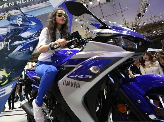Minh Hang va Ngo Thanh Van khoe dang voi moto Yamaha hinh anh
