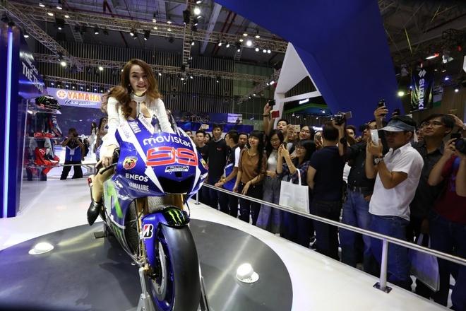 Minh Hang va Ngo Thanh Van khoe dang voi moto Yamaha hinh anh 6