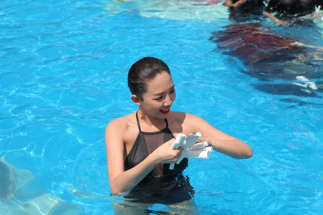Toc Tien dien bikini vui le hoi nuoc giua pho Sai Gon hinh anh 4