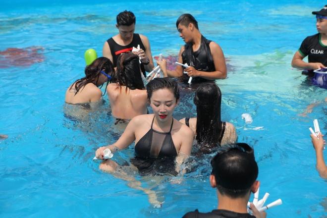 Toc Tien dien bikini vui le hoi nuoc giua pho Sai Gon hinh anh 3