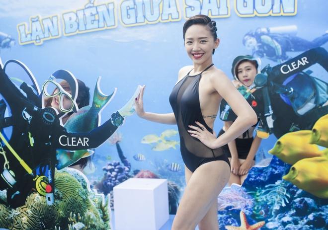 Toc Tien dien bikini vui le hoi nuoc giua pho Sai Gon hinh anh 1