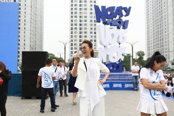 Thanh Hang than thien nhay cung fan Ha Noi hinh anh 2