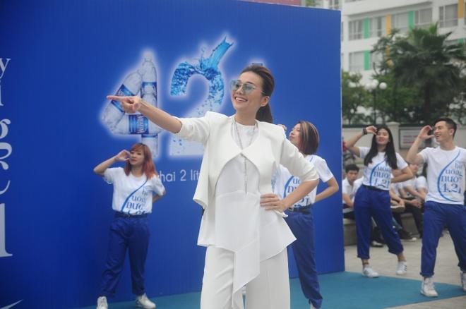 Thanh Hang than thien nhay cung fan Ha Noi hinh anh 5