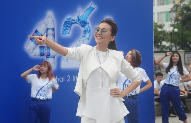 Thanh Hang than thien nhay cung fan Ha Noi hinh anh