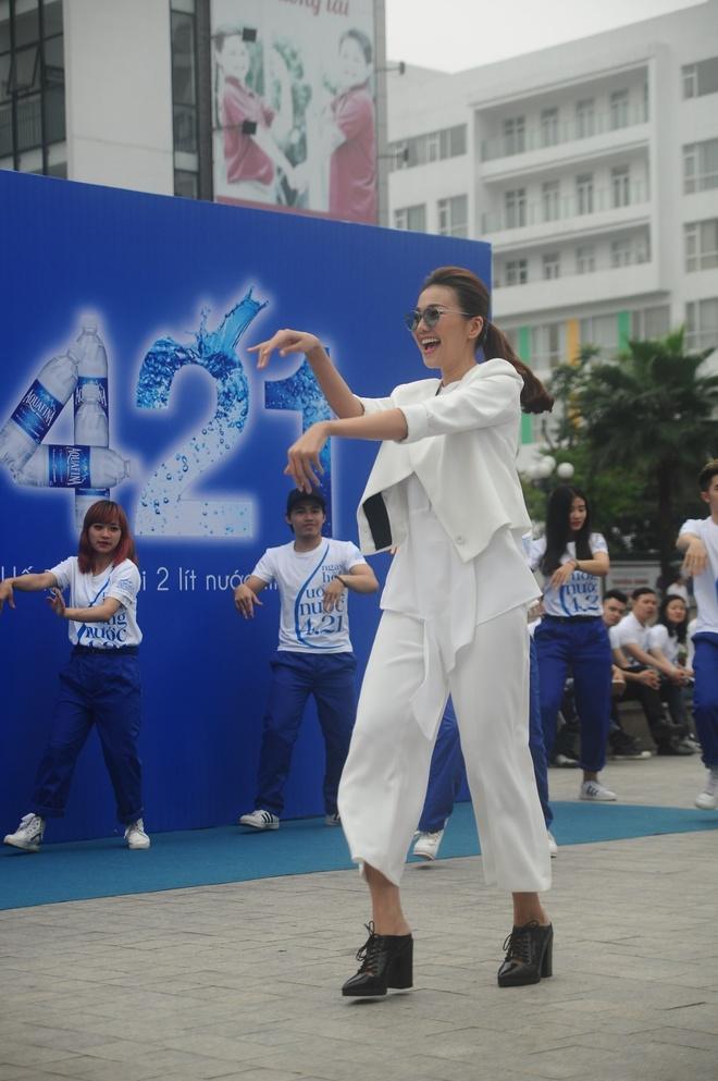 Thanh Hang than thien nhay cung fan Ha Noi hinh anh 6