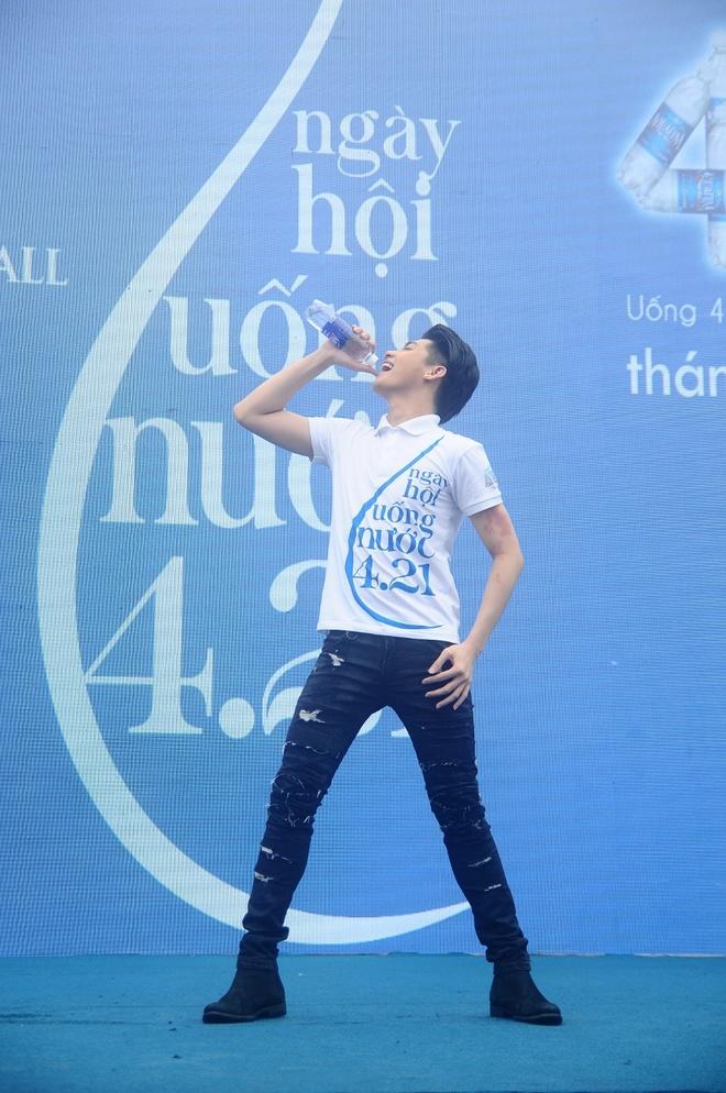 Thanh Hang than thien nhay cung fan Ha Noi hinh anh 7