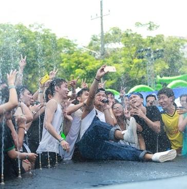 Trong Hieu Idol khuay dong san khau nhac nuoc cung fan hinh anh 2