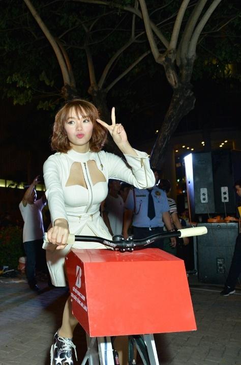 Minh Hang dap xe ung ho hoat dong bao ve nguon nuoc hinh anh 1