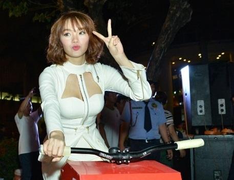 Minh Hang dap xe ung ho hoat dong bao ve nguon nuoc hinh anh
