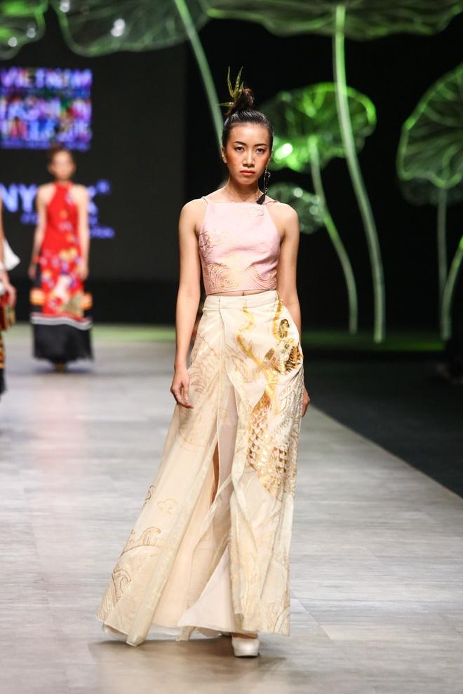 Sao Viet long lay voi trang phuc Tiny Ink by Hoang Quyen hinh anh 10
