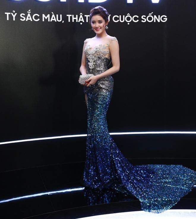 A hau Huyen My khoe duong cong chuan muc voi dam duoi ca hinh anh 1