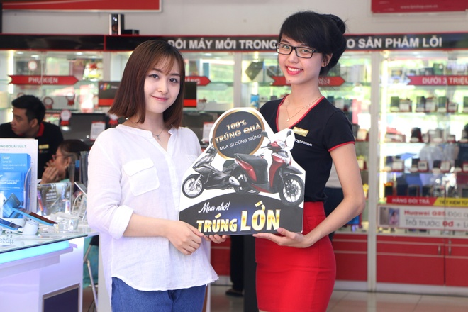 Tang xe SH Mode cho khach hang mua sam tai FPT Shop hinh anh 2