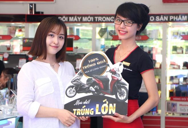 Tang xe SH Mode cho khach hang mua sam tai FPT Shop hinh anh