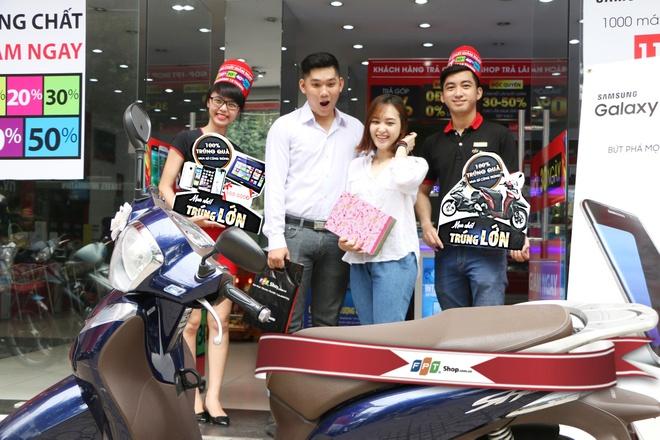 Tang xe SH Mode cho khach hang mua sam tai FPT Shop hinh anh 1