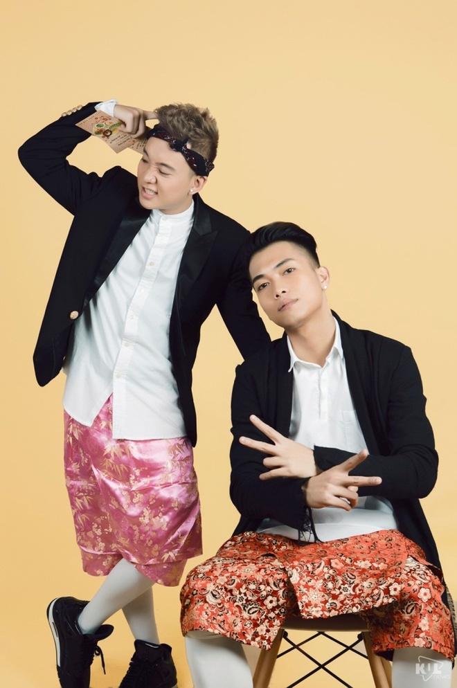 Cuong Seven ru ban gai truot nuoc tren duong pho Ha Noi hinh anh 2