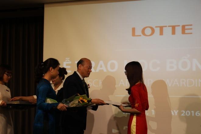Lotte trao 76 suat hoc bong cho sinh vien Ha Noi hinh anh 1