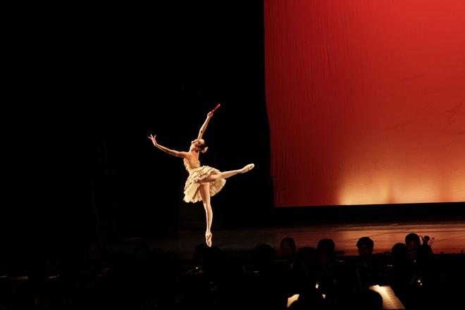 Paris Ballet: Dem nghe thuat cua tinh yeu thang hoa hinh anh 1