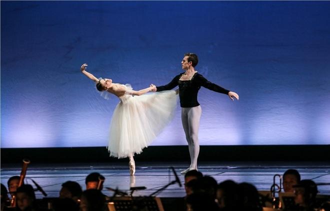 Paris Ballet: Dem nghe thuat cua tinh yeu thang hoa hinh anh 2
