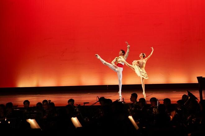 Paris Ballet: Dem nghe thuat cua tinh yeu thang hoa hinh anh 4