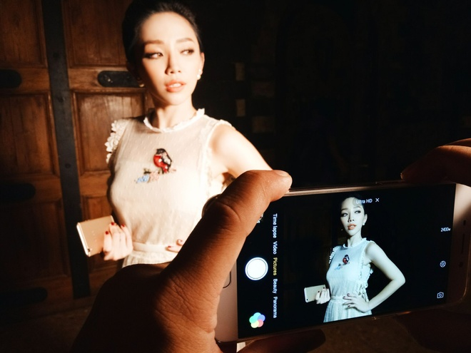 Toc Tien nhi nhanh selfie trong hau truong The Face hinh anh 6