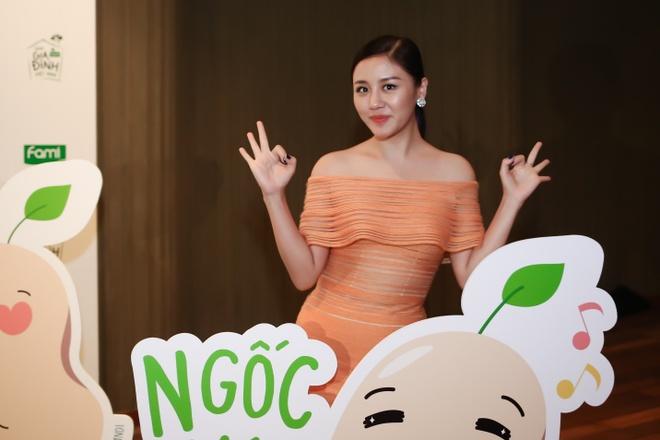 Noo Phuoc Thinh 'cam nang' Van Mai Huong trong MV moi hinh anh 2